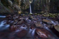 Cachoeiras coloridas um vermelho Fotografia de Stock