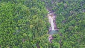 Cachoeiras da cascata do rio da vista aérea entre montes verdes video estoque