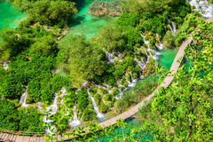 Cachoeiras do airview do parque nacional dos lagos Plitvice e maneiras, Croati Fotografia de Stock