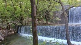 Cachoeiras dobro de Palaiokaria em Trikala Thessaly Gr?cia vídeos de arquivo