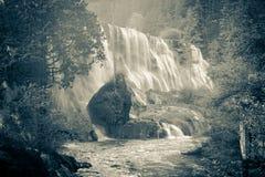Cachoeiras e árvores no Vale Jiuzhaigou, Sichuan, China imagem de stock