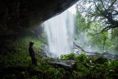 Cachoeiras e caverna grandes imagens de stock