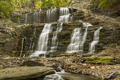 Cachoeiras e Cornell Walkway no desfiladeiro de Cascadilla Fotografia de Stock Royalty Free