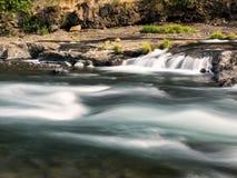 Cachoeiras e logs musgosos e rochas Foto de Stock Royalty Free