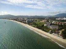 Cachoeiras för flyg- sikt strand i Florianopolis, Brasilien Juli 2017 Royaltyfria Bilder