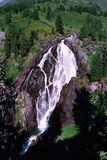 Cachoeiras grandes nas montanhas foto de stock royalty free