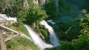 Cachoeiras grandes nas montanhas rochosas no movimento lento vídeos de arquivo