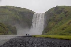 Cachoeiras majestosas com rochas e grama ao redor Imagem de Stock Royalty Free