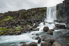 Cachoeiras majestosas com rochas e grama ao redor Imagens de Stock Royalty Free