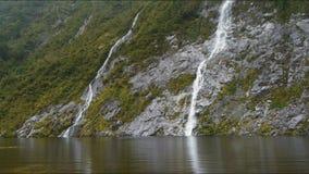 Cachoeiras no lago escondido NZ vídeos de arquivo