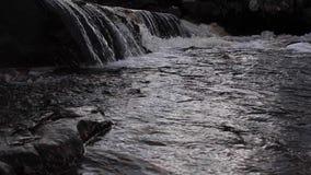 Cachoeiras pequenas e fluxo ao longo de um rio escocês alto das montanhas em sutherland durante novembro filme
