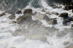 Cachoeiras que fluem perto Imagens de Stock Royalty Free