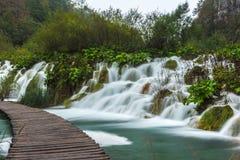 Cachoeiras redondas do passeio do parque de Plitvice Fotografia de Stock