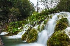 Cachoeiras redondas do passeio do parque de Plitvice Imagem de Stock