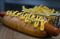 Cachorro quente com salsicha e batatas fritas da galinha foto de stock royalty free