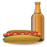 Cachorro quente e garrafa da cerveja Foto de Stock Royalty Free
