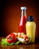 Cachorro quente, vegetais, ketchup e mostarda Fotos de Stock Royalty Free