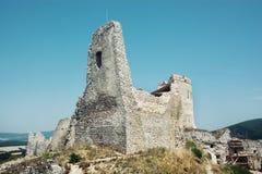 Cachtice城堡在夏天,斯洛伐克共和国 免版税库存图片