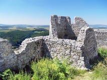 Cachtice城堡的被破坏的墙壁在夏天 库存图片