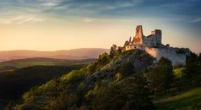 Cachtice slott, Slovakien under solnedgång royaltyfri fotografi