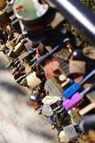 Cacifo do amor na ponte Fotografia de Stock