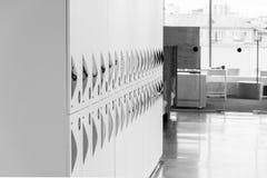 Cacifo na cor de tom branca no escritório para que o trabalhador mantenha sua pertença Conceito de projeto interior imagens de stock