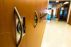 Cacifos almofadados madeira no prédio de escritórios Fotografia de Stock Royalty Free