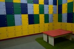 Cacifos do armário das crianças Lotes de cacifos coloridos do divertimento para sapatas com fechos fotografia de stock