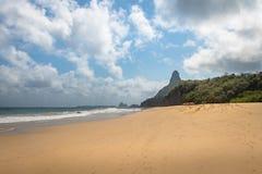 Cacimba做Padre海滩,并且Morro做Pico -费尔南多・迪诺罗尼亚群岛, Pernambuco,巴西 免版税图库摄影