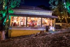 Cacimba餐馆在晚上-费尔南多・迪诺罗尼亚群岛, Pernambuco,巴西 库存照片
