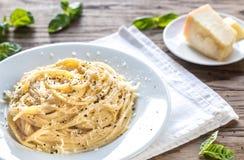 Cacio e Pepe - espagueti con queso y pimienta fotos de archivo