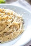 Cacio e Pepe - espagueti con queso y pimienta imagen de archivo