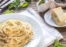 Cacio e Pepe - espagueti con queso y pimienta imagenes de archivo