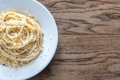 Cacio e Pepe - espagueti con queso y pimienta fotos de archivo libres de regalías