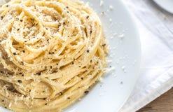 Cacio e Pepe - spaghetti met kaas en peper stock afbeelding