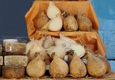 Caciocavallo, un tipo de queso cuajado estirado de Italia del sur, en un estante del mercado rural fotografía de archivo libre de regalías