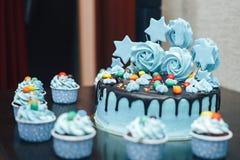 Cacke blu per le stelle di compleanno sulla tavola Immagine Stock Libera da Diritti