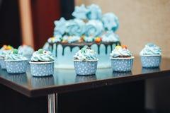 Cacke blu per le stelle di compleanno sulla tavola Fotografie Stock Libere da Diritti