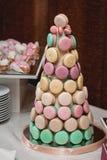Cackes faits maison de macarons sur le support Images libres de droits