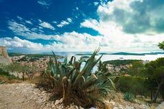 Cacto, céu surpreendente e vista panorâmica da cidade de Hvar e da baía da fortaleza espanhola foto de stock royalty free