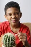 Cactus émouvant de garçon photos stock
