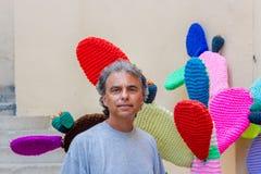 Cactus cerca hecho punto de mediana edad del hombre Imagenes de archivo