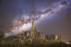 Cactus de Saguaro et les montagnes de superstition de manière laiteuse @ Images stock