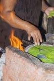 Cactus mexicano viejo de señora Cooking Prickly Pear imagenes de archivo