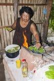 Cactus mexicano viejo de señora Cooking Prickly Pear foto de archivo