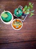 Cactus y plantas en los potes en la tabla Imagenes de archivo