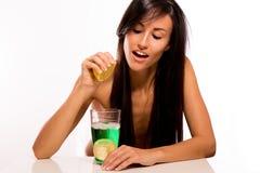 Cacuasian Piękna łgarski narządzanie jej napój Zdjęcia Stock