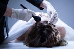Cadáver que prepara-se antes do funeral foto de stock royalty free