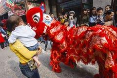 Cada año, en el 4to día del 1r mes lunar, el pueblo de Dong Ky lleva a cabo un festival del petardo Imagenes de archivo