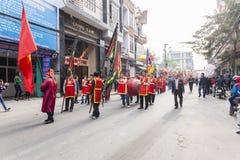 Cada año, en el 4to día del 1r mes lunar, el pueblo de Dong Ky lleva a cabo un festival del petardo Fotos de archivo